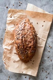 Vista superior do pão com sementes em papel pergaminho