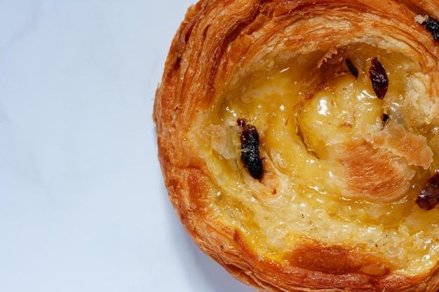 Vista superior do pão delicioso em mármore branco para comida, padaria e conceito de comer
