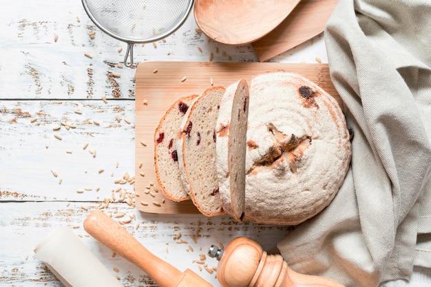 Vista superior do pão fatiado na tábua de corte