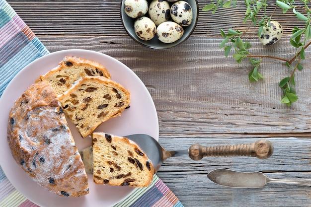 Vista superior do pão fruty tradicional na madeira rústica com folhas e os ovos de codorniz frescos.