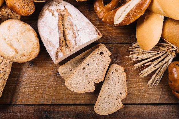 Vista superior do pão integral fatiado na mesa de madeira