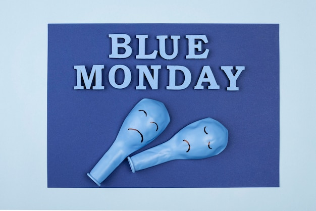 Vista superior do papel azul de segunda-feira com balões franzidos