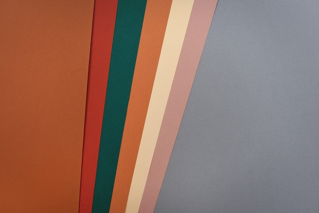 Vista superior do papel colorido com tons vintage com base cinza e laranja
