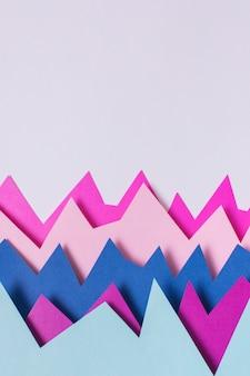 Vista superior do papel colorido sobre fundo roxo
