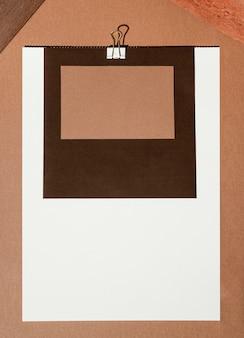 Vista superior do papel de carta com clipe de papel