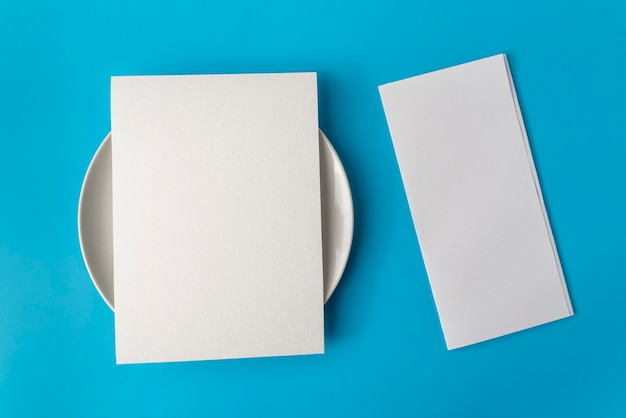 Vista superior do papel de menu vazio em cima do prato