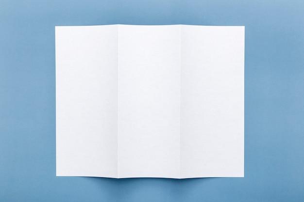 Vista superior do papel do menu em branco com três dobras