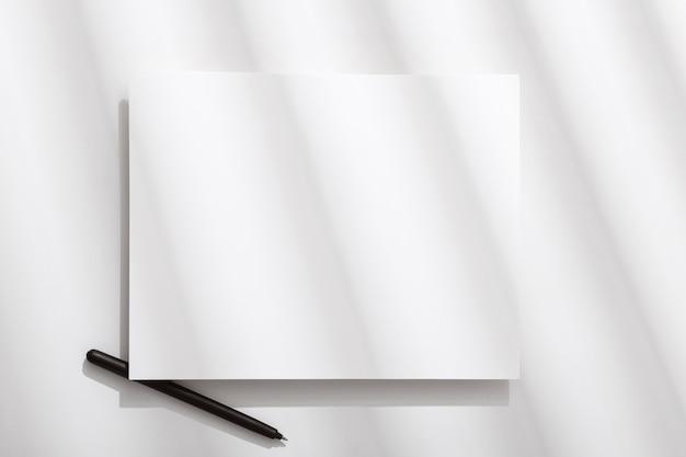 Vista superior do papel em branco com caneta