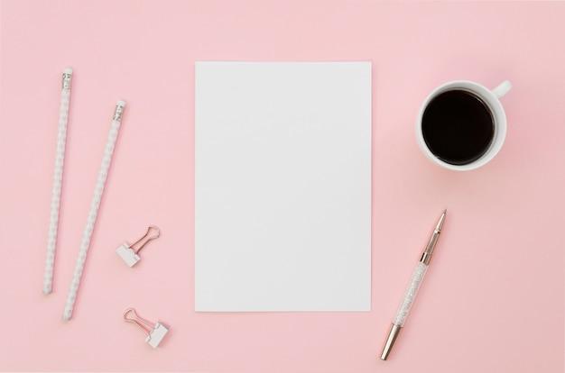 Vista superior do papel em branco com lápis e xícara de café