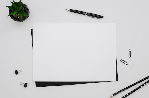 Vista superior do papel horizontal com caneta e planta