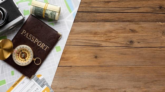 Vista superior do passaporte, dinheiro e mapa
