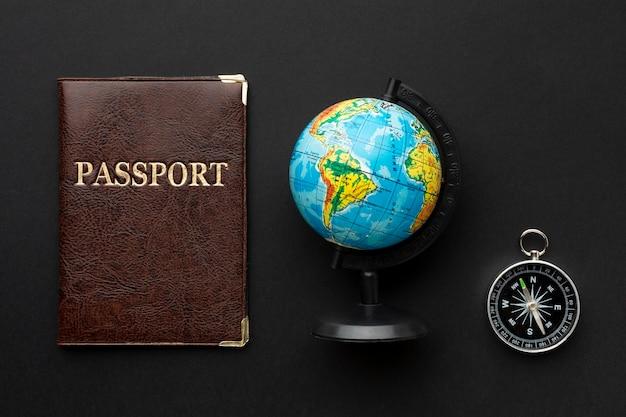 Vista superior do passaporte e arranjo da bússola
