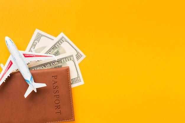 Vista superior do passaporte e dinheiro com espaço de cópia