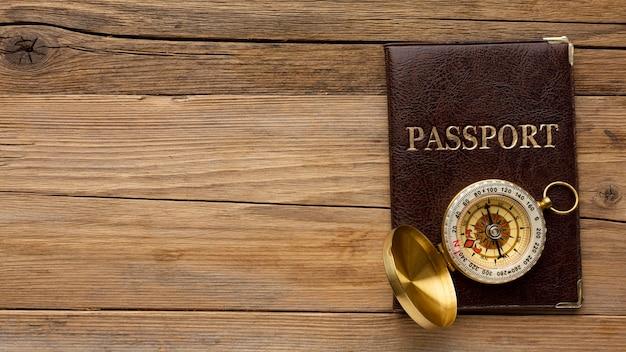 Vista superior do passaporte e moldura da bússola