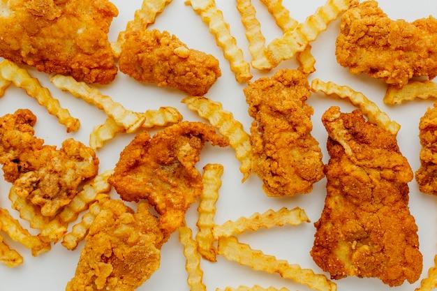 Vista superior do peixe com batatas fritas