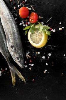 Vista superior do peixe com limão e tomate