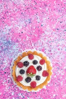 Vista superior do pequeno bolo de creme com frutas na mesa de luz bolo biscoito baga doce assar foto