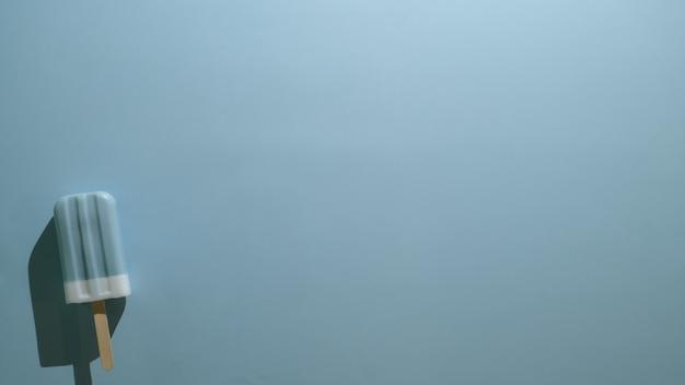 Vista superior do picolé de sabor de framboesa azul sobre fundo azul claro