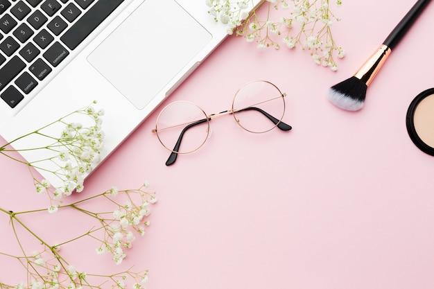 Vista superior do pincel de maquiagem e laptop