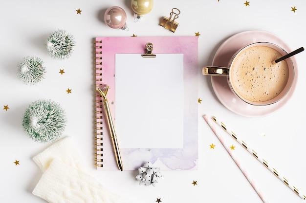 Vista superior do planejador da área de trabalho em branco com uma xícara de café e decoração de natal