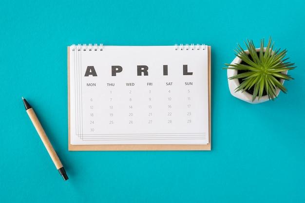 Vista superior do planejador do calendário de abril e planta suculenta