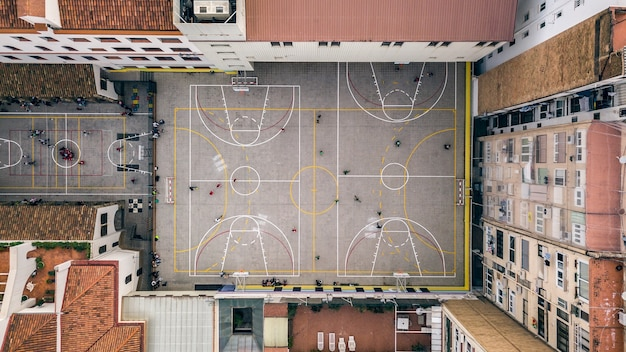 Vista superior do playground com pessoas brincando nele