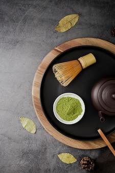 Vista superior do pó de chá matcha e batedor de bambu