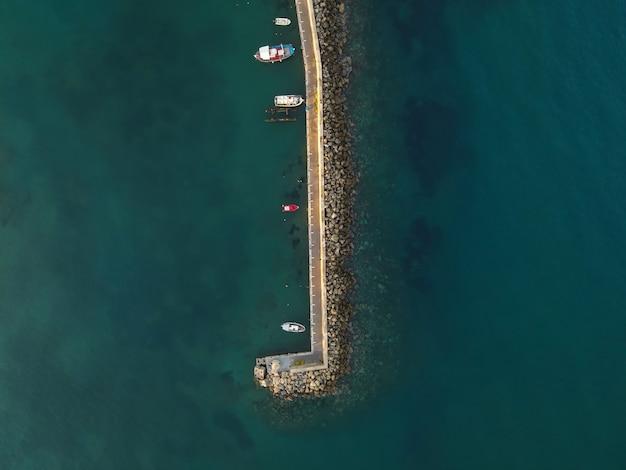 Vista superior do porto marítimo do famoso resort chersonissos em creta, grécia.