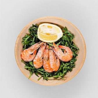 Vista superior do prato com camarão e salada