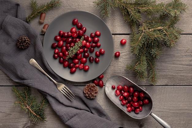 Vista superior do prato com cranberries e colher