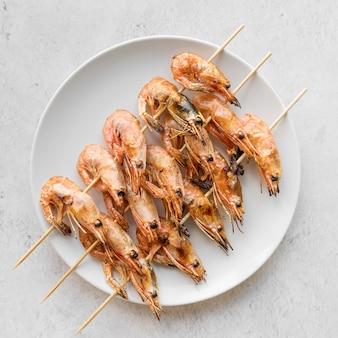 Vista superior do prato com espetos de camarão