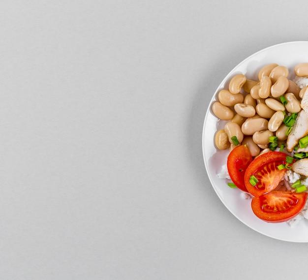 Vista superior do prato com feijão e cópia espaço