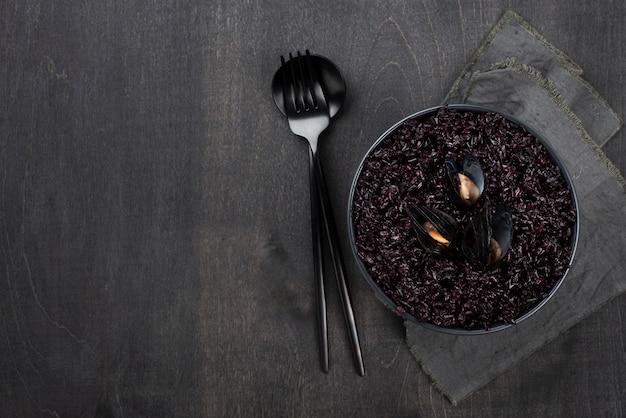 Vista superior do prato com mexilhões e talheres
