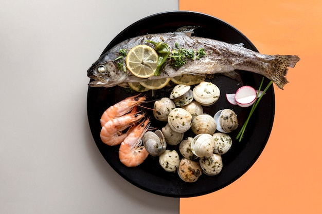 Vista superior do prato com peixe e amêijoas