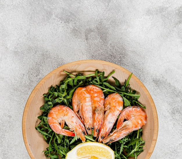 Vista superior do prato com salada e camarão