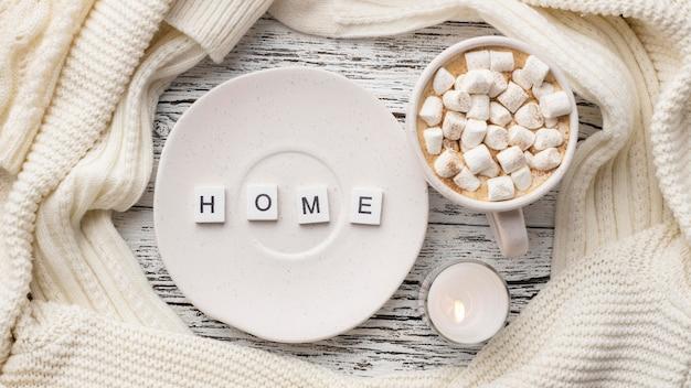 Vista superior do prato com uma xícara de chocolate quente com marshmallows