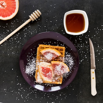 Vista superior do prato com waffle e frutas cítricas