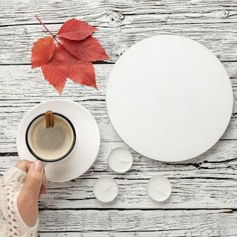 Vista superior do prato com xícara de café e folha