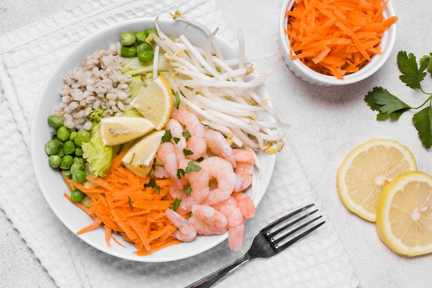 Vista superior do prato de camarão e legumes