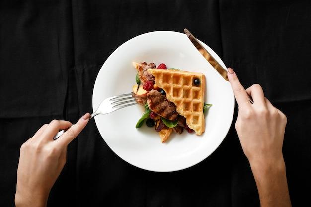 Vista superior do prato de carne com bagas de frutas grelhadas