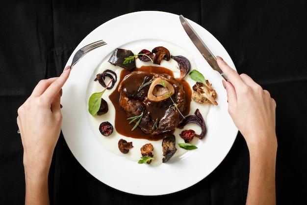 Vista superior do prato de carne com legumes grelhados