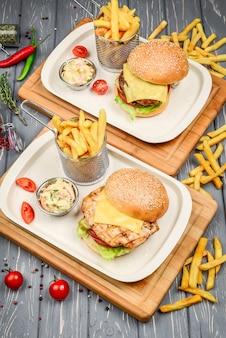 Vista superior do prato de fast-food. hambúrguer de carne, batatas fritas e fatias.