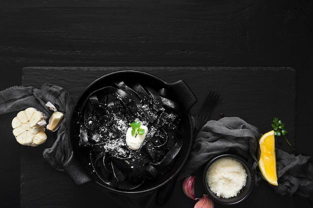Vista superior do prato de massa preta deliciosa