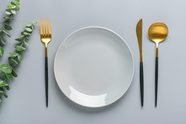 Vista superior do prato moderno e utensílios de mesa
