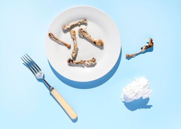 Vista superior do prato sujo com sobras de comida