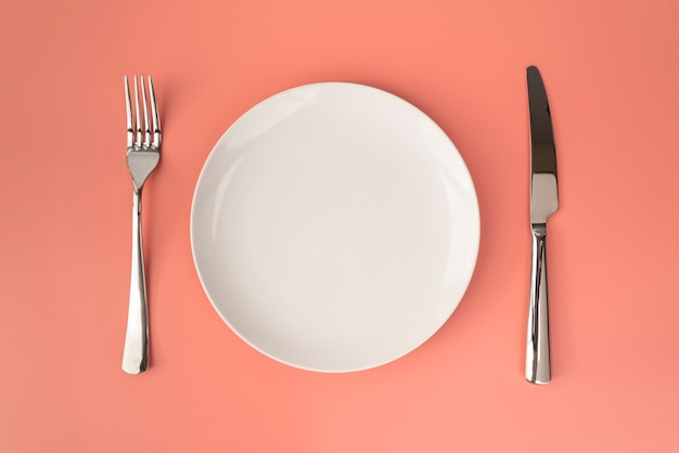 Vista superior do prato vazio com talheres