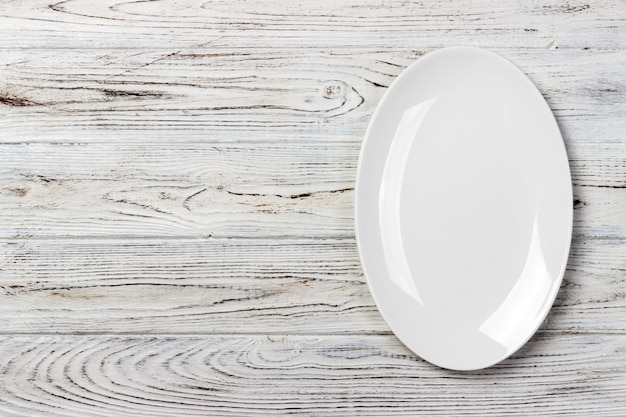 Vista superior do prato vazio comida branca em um fundo de madeira