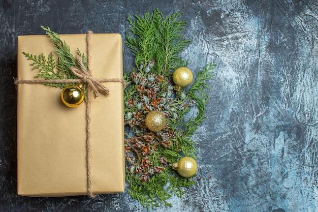 Vista superior do presente de natal com brinquedos em um espaço livre de cores claro-escuro para presente de natal de ano novo