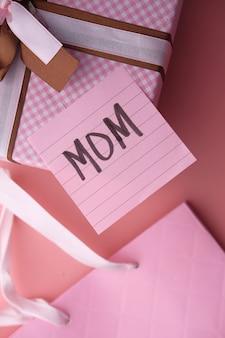 Vista superior do presente do dia das mães em fundo rosa