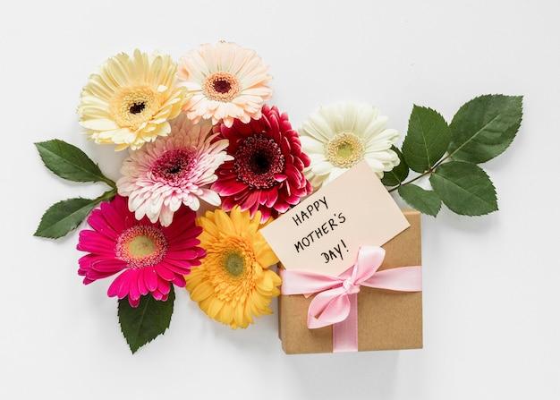 Vista superior do presente e arranjo de flores